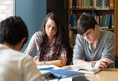 étudiants préparant les examens — Photo