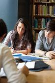 Portret van studenten voor op de examens herziening — Stockfoto