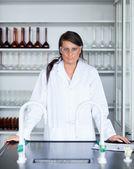 Retrato de una mujer científica posando — Foto de Stock