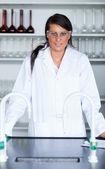 Retrato de una mujer científica en un laboratorio — Foto de Stock