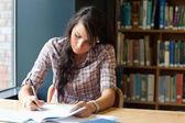 Joven estudiante de la escritura — Foto de Stock