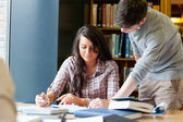молодых студентов, работающих над эссе — Стоковое фото