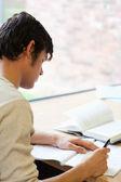 Portrait d'un jeune étudiant écrit un essai — Photo