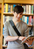 Portrait of a smiling student using a tablet computer — Fotografia Stock