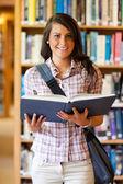 Portret van een schattige jonge student houden een boek — Stockfoto