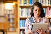 Joven estudiante enfocada utilizando un equipo tablet pc — Foto de Stock