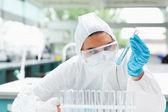 Geschützte wissenschaftler betrachten ein reagenzglas — Stockfoto