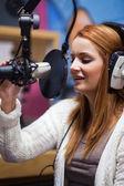 Portret van een jonge radiopresentator spreken — Stockfoto