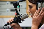Close-up de uma linda cantora gravar uma faixa — Foto Stock