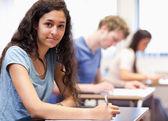 молодых людей, работающих на эссе — Стоковое фото