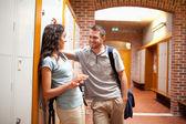 Coppia flirtare in un corridoio — Foto Stock