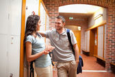 Pár flirtuje v chodbě — Stock fotografie