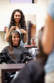 Porträt einer frau, die einen haarschnitt machen — Stockfoto