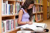 Poważnego studenta czytanie książki — Zdjęcie stockowe