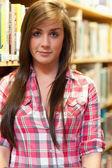 Poz bir kız öğrencinin portresi — Stok fotoğraf