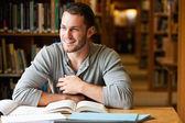 Lachende mannelijke student werkt — Stockfoto