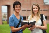Joli couple tenant un livre — Photo