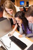Retrato de un estudiantes usando una computadora — Foto de Stock
