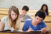 Studenter tar anteckningar — Stockfoto