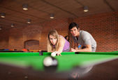 Man teaching pool to his girlfriend — Стоковое фото
