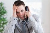 Affärsman få dåliga nyheter på telefonen — Stockfoto