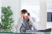 Uomo d'affari sempre triste notizia sul telefono cellulare — Foto Stock