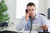 手紙の著者との電話で実業家 — ストック写真
