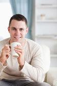 Portrait d'un homme buvant un café — Photo