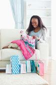 Kadın kanepede onun shopping — Stok fotoğraf