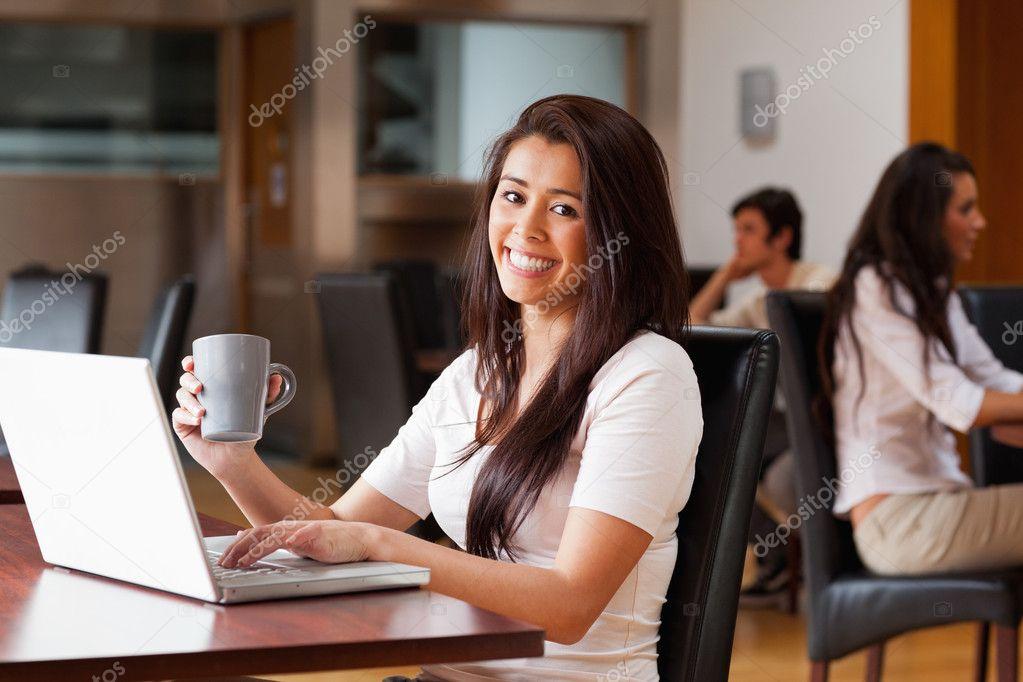 使用一台笔记本电脑的可爱女人