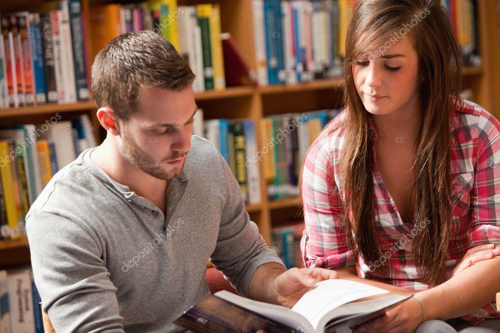Jóvenes Estudiantes Leyendo Un Libro