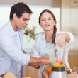 Portrait of a couple making fresh fruits juice — Stock Photo