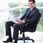 Portrait d'un jeune homme d'affaires, assis sur un fauteuil w de travail — Photo #11204647