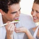 Улыбаясь пара любит готовить вместе — Стоковое фото
