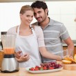 Couple making fresh fruits juice — Stock Photo