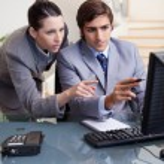 zakenman whats op zijn scherm tonen aan zijn collega — Stockfoto #11207545