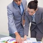 Consultor e cliente, olhando para as estatísticas — Foto Stock