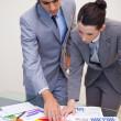 consultant et le client en regardant les statistiques — Photo