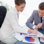 team aziende, analizzando i risultati di ricerche di mercato — Foto Stock