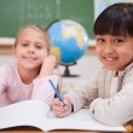 lachende schoolmeisjes doen klas — Stockfoto