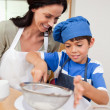 Mother and son baking — Stockfoto