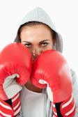 Boxerin mit hoodie auf in verteidigungshaltung — Stockfoto