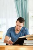 Relazione libro preparazione di studente maschio — Foto Stock