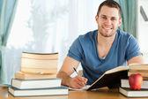 Estudiante sonriente de preparación para la prueba — Foto de Stock