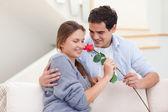 Jonge man een roos aanbieden aan zijn verloofde — Stockfoto