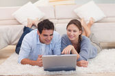 Couple looking for something on the internet — Stock Photo