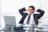 Ontspannen zakenman met een laptop werkt — Stockfoto