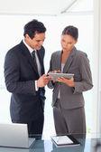 Zakelijke partner samen kijken naar tablet pc — Stockfoto