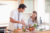 Par som använder internet för att leta upp recept — Stockfoto