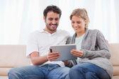 Pareja utilizando un equipo tablet pc — Foto de Stock